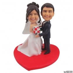 Personalisierte Hochzeitstortenfiguren Liebespaar Hochzeitstorte mit rotem Herz
